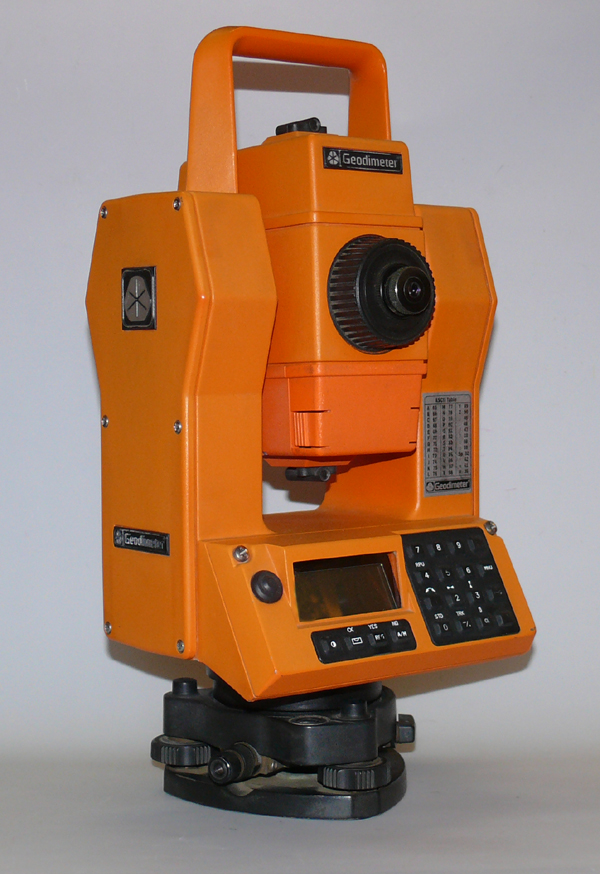 Total station Geodimeter 540. 1 prism range: 2500m, accuracy 1´´ ( 3cc), internal memory for 5000 points. 2x accu, charger, cabel, transform software.